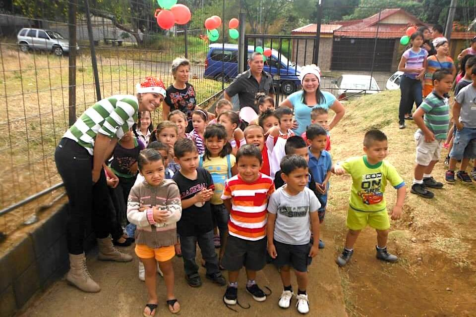 Volunteer with children in Costa RIca
